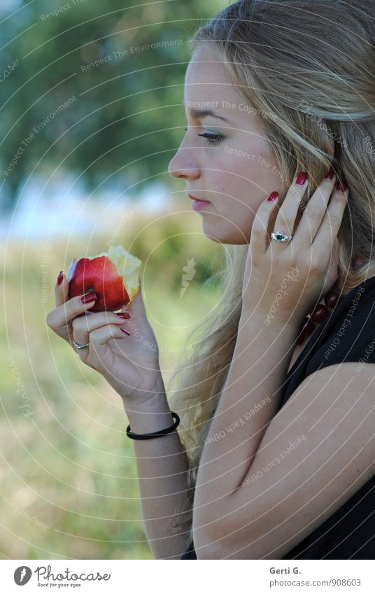ApfelZeit Mensch Frau Kind Jugendliche schön Junge Frau rot Erwachsene Gefühle Essen Denken Stimmung nachdenklich 13-18 Jahre blond
