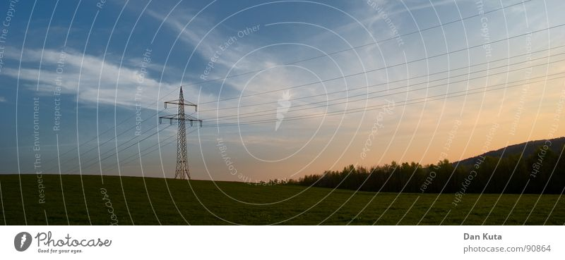 __T_/--- Himmel blau Wolken Ferne Landschaft Elektrizität offen dünn Strahlung Bauwerk Strommast edel Draht Abenddämmerung Leitung zierlich