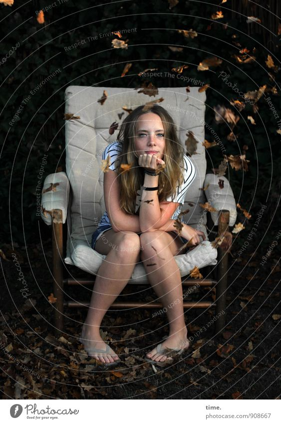 . Möbel Sessel feminin Junge Frau Jugendliche 1 Mensch Herbst Blatt Herbstlaub Garten T-Shirt Flipflops blond langhaarig beobachten Blick sitzen träumen warten