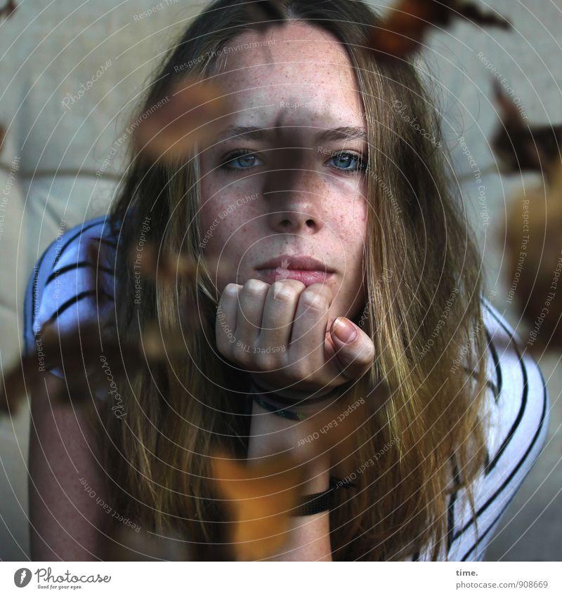 . Mensch Jugendliche schön Junge Frau Blatt ruhig Herbst feminin Stimmung träumen blond authentisch sitzen warten beobachten T-Shirt