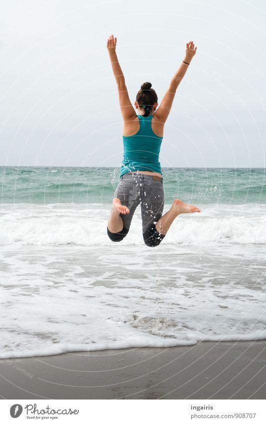 Wohlfühloase | Luftsprung Mensch Himmel Ferien & Urlaub & Reisen Jugendliche blau Sommer Meer Freude Strand Leben Bewegung Küste Spielen grau Glück Freiheit