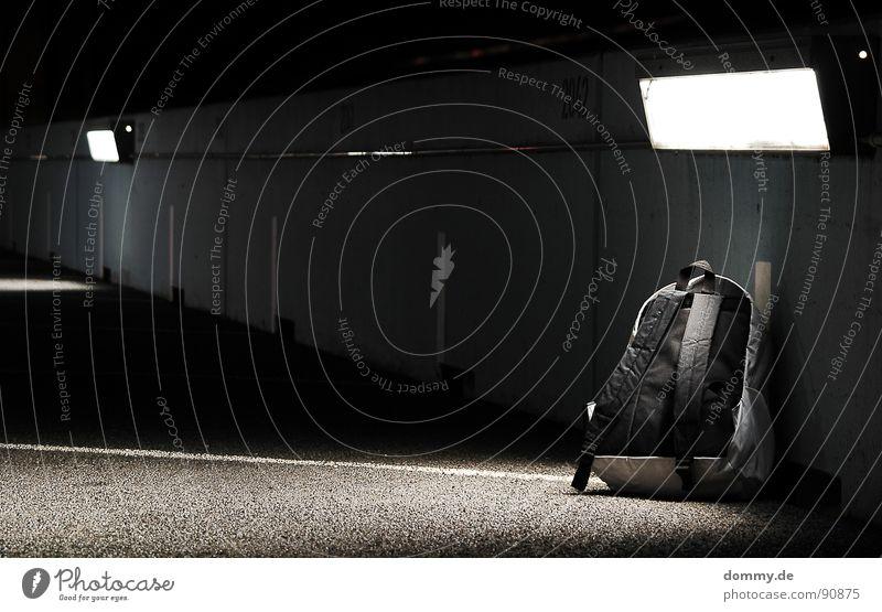 es tickt... Einsamkeit Tod liegen Angst warten gefährlich Streifen Bodenbelag bedrohlich Stoff Warnhinweis Amerika Versuch Bahnhof Blut Parkplatz