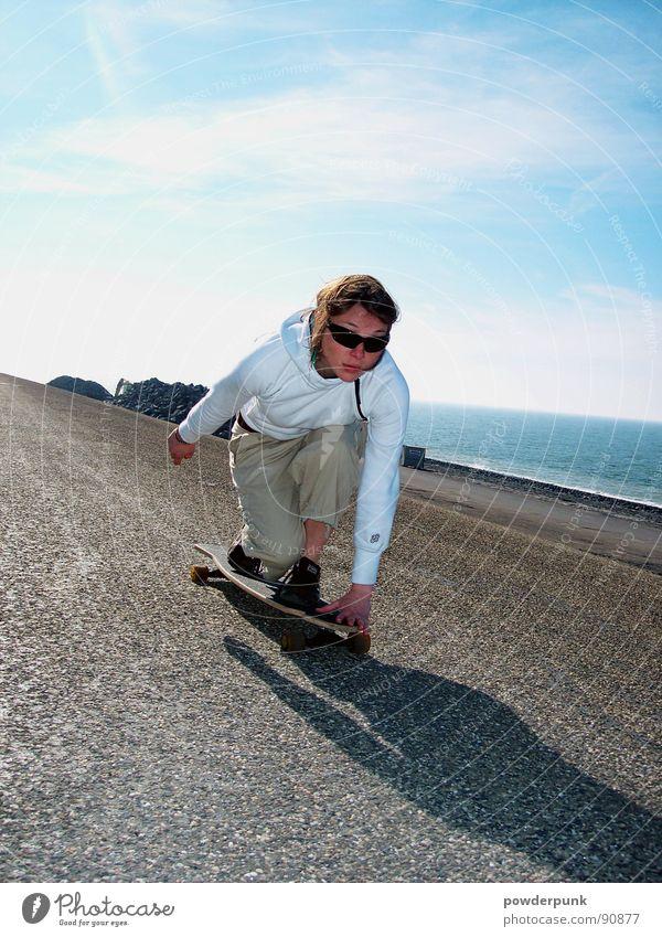Longboard Girl Frau Jugendliche Himmel Meer blau Straße Sport Spielen Stil Bewegung Geschwindigkeit Aktion Skateboarding Skateboard Sportler
