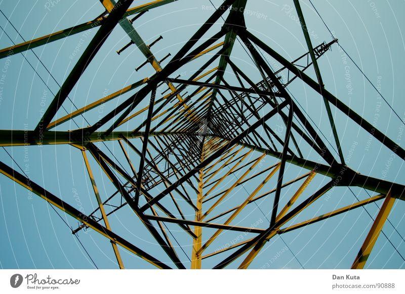 ›>X<‹ Himmel blau hoch Industrie Elektrizität offen dünn Mitte unten Strahlung Bauwerk Strommast Geometrie edel Draht Leitung