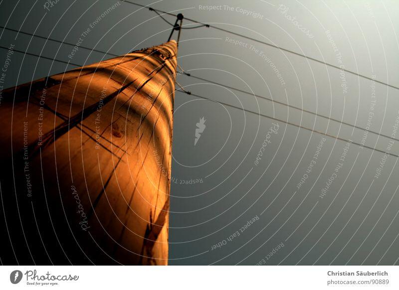Über(land)leitung Holz Lichtspiel Elektrizität Isolatoren Strommast Telefonmast Deutsche Telekom Fernmeldetechniker Elektromonteur Industrie Riss Himmel