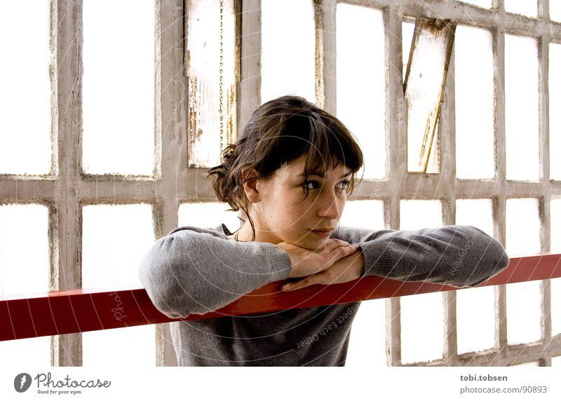 anemon #5 Frau rot schwarz grau dreckig Haut Glas Beton durchsichtig Geländer