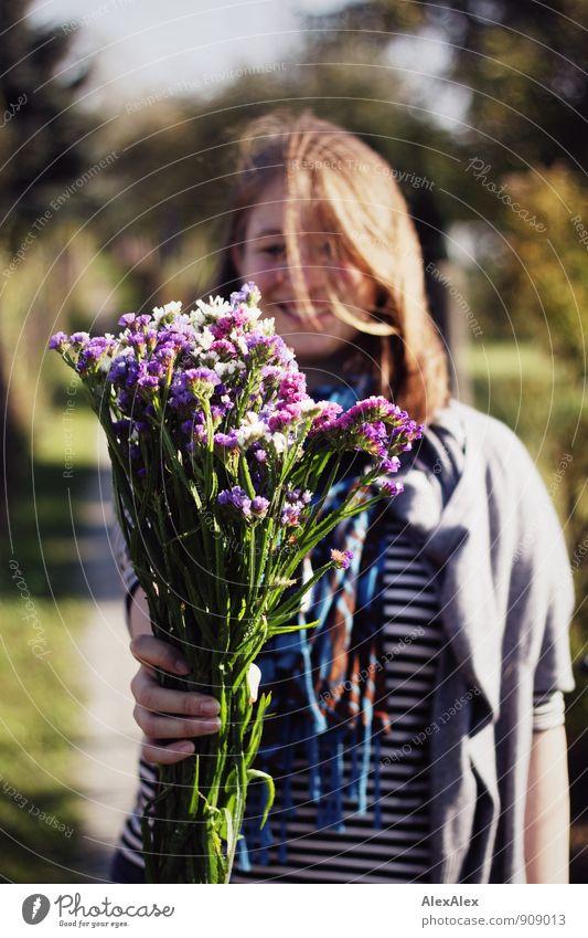 Glückwunsch! Jugendliche schön Junge Frau Freude Erwachsene Wege & Pfade natürlich Glück lachen Idylle blond frisch ästhetisch Fröhlichkeit Lächeln Blühend