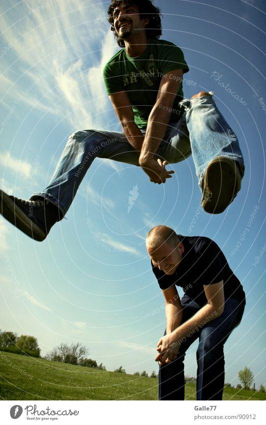 ich bin frei springen Sommer Leben genießen Unbekümmertheit Schwerelosigkeit Freude sprughaft lachen grinsen Freiheit Perspektive fliegen Dynamik sportlich