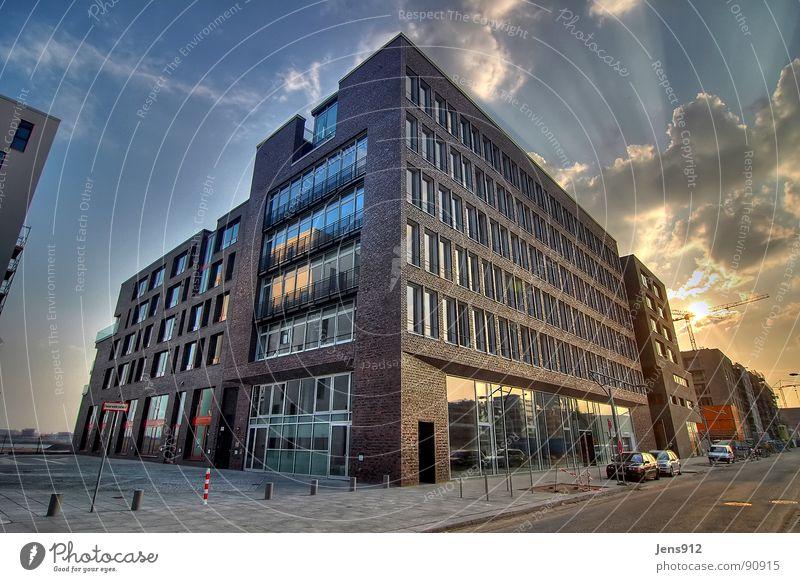 Am Kaiserkai Stadt Hafencity Bürgersteig Baustelle Baukran HDR Dynamikkompression Weitwinkel Abendsonne Gegenlicht Sonnenstrahlen Wolken Backstein Fenster
