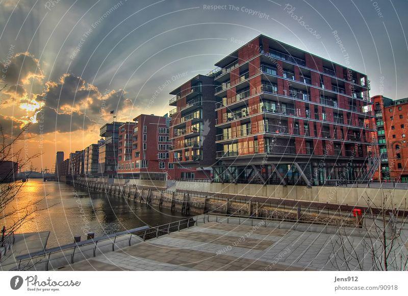 """Sandtorhafen """"Am Sandtorkai"""" Stadt Hafencity Bürgersteig Baustelle Baukran HDR Dynamikkompression Weitwinkel Abendsonne Gegenlicht Sonnenstrahlen Wolken"""