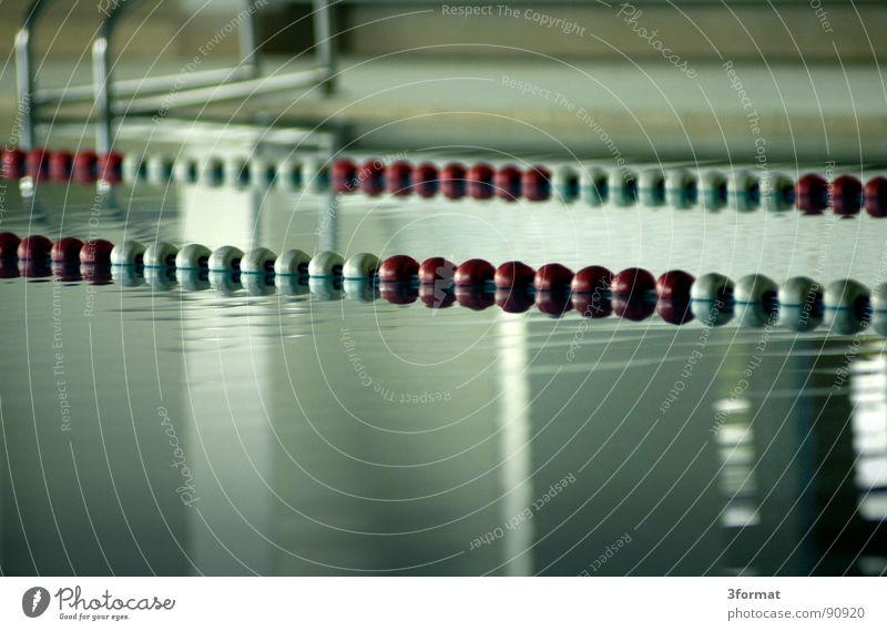 bahnen Schwimmbad Bad Freibad Freizeit & Hobby Feierabend Bademeister ruhig Nacht Einsamkeit Beckenrand Reflexion & Spiegelung Wassersport Eisenbahn Schwimmbahn