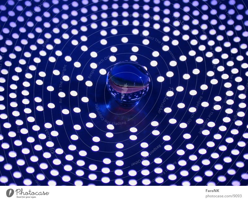 Murmel_01 blau Glas Kugel Loch Makroaufnahme