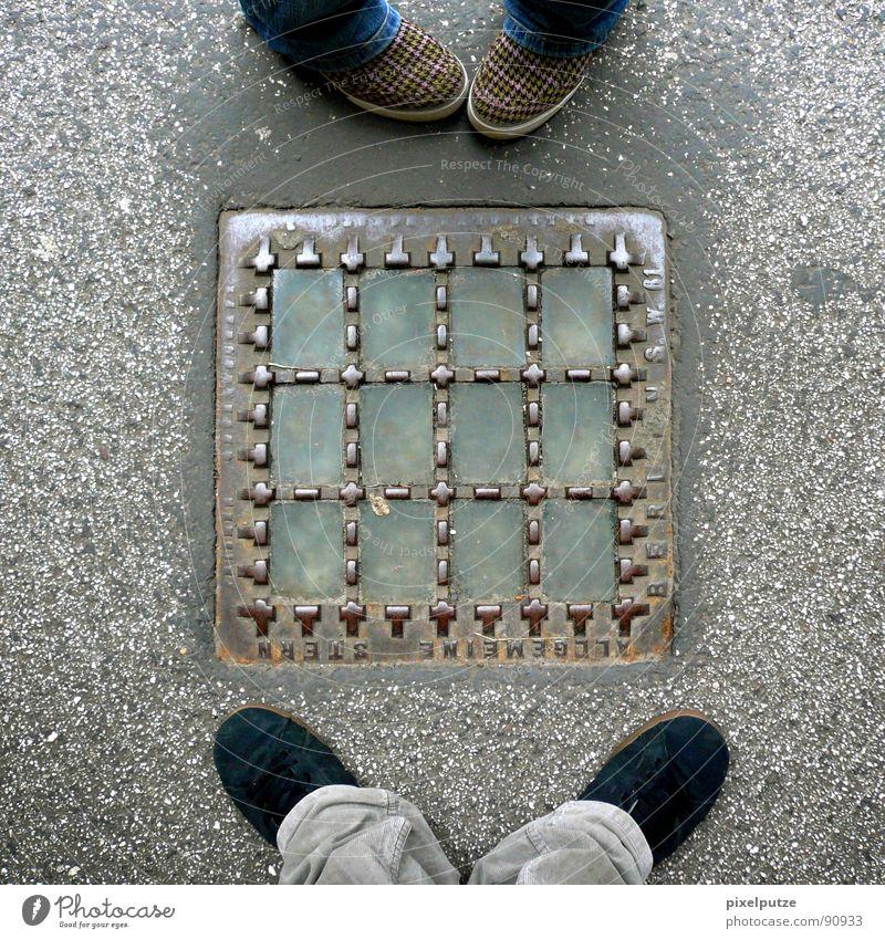 foot emotion Gefühle Fuß Schuhe stehen Bodenbelag Kommunizieren Asphalt Zeichen Quadrat Seite Gegenteil eckig Schüchternheit standhaft begegnen dominant