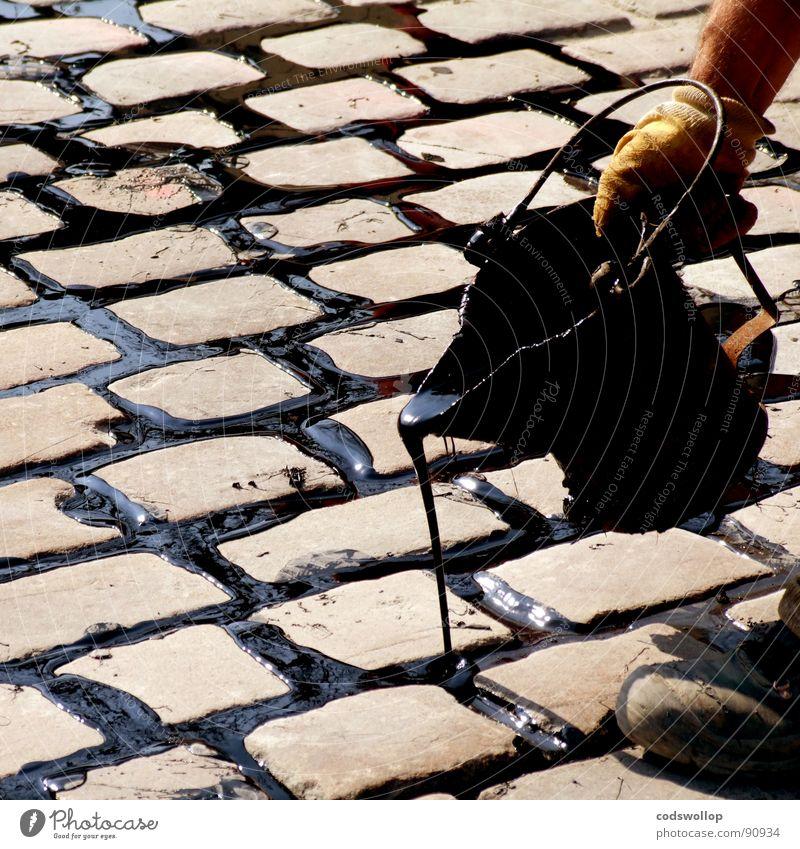 gießen genießen Teer Kopfsteinpflaster Eimer Straßenbau Geschicklichkeit Handwerk Detailaufnahme road street repair flickarbeit tar cobblestones pour Regen