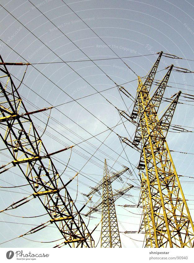 RiesenMonsterFunkenInduktor No. 1547 Sommer Einsamkeit Linie Wind Feld Energiewirtschaft gefährlich Elektrizität Kabel Industrie bedrohlich Stahl Rost skurril Baugerüst Versorgung