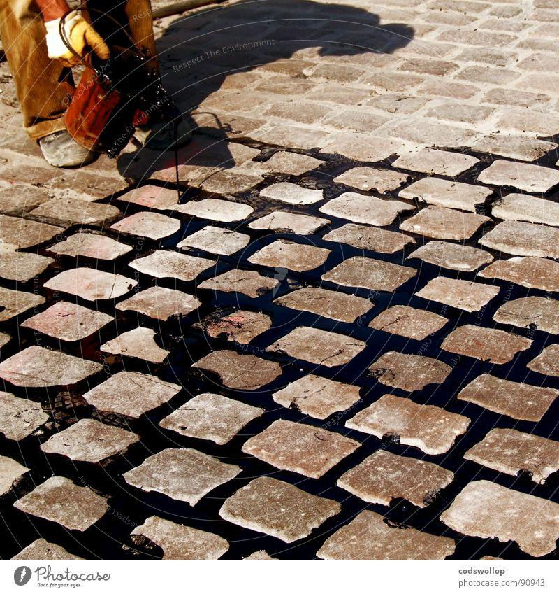 zu zweit Straße Regen Konzentration Handwerk Kopfsteinpflaster Teer Eimer füllen Geschicklichkeit Straßenbau