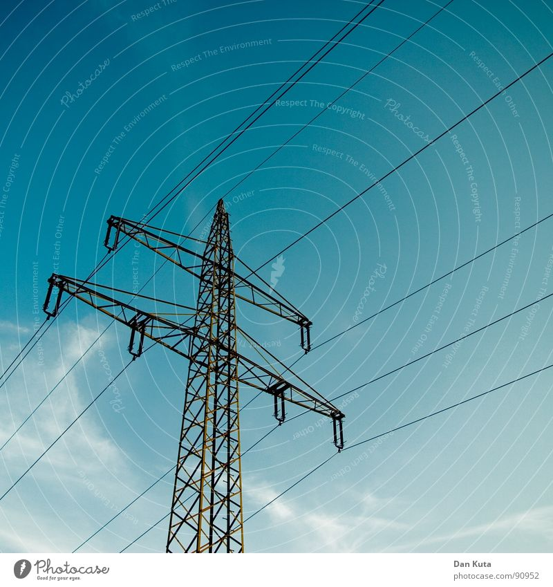 The Strom Mast Go On Himmel blau hoch Industrie Elektrizität offen dünn Mitte unten Strahlung Bauwerk Strommast Geometrie edel Draht Leitung