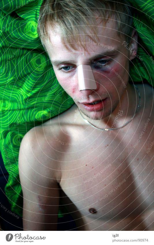 brokedown palace #2 liegen 18-30 Jahre Schmerz Halskette Heftpflaster Junger Mann Opfer Männergesicht geschlagen Prellung verprügeln Blaues Auge (Bluterguß)