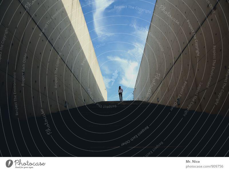 komm runter bleib oben feminin Frau Erwachsene 1 Mensch Himmel Schönes Wetter Bauwerk Gebäude Architektur Mauer Wand Treppe Sehenswürdigkeit Zufriedenheit