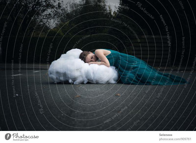 Wattenwölkchen Mensch Frau Wolken Erwachsene feminin liegen träumen schlafen Kleid Watte Wattewölkchen
