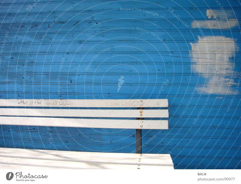 BANKVERBINDUNG blau weiß Linie Renovieren Bildausschnitt Anschnitt Sanieren Farbfleck Holzwand Anstrich Holzhaus Holzbank Holzhütte kobaltblau