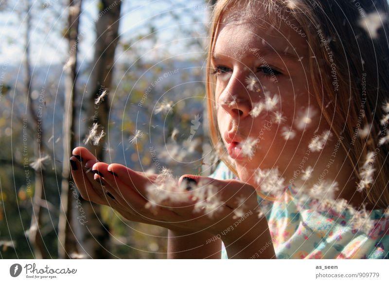 Leichtigkeit des Seins Mensch Kind Natur Jugendliche Sommer Sonne Erholung Landschaft Mädchen Wald Gesicht Wärme Leben Bewegung Herbst Gefühle