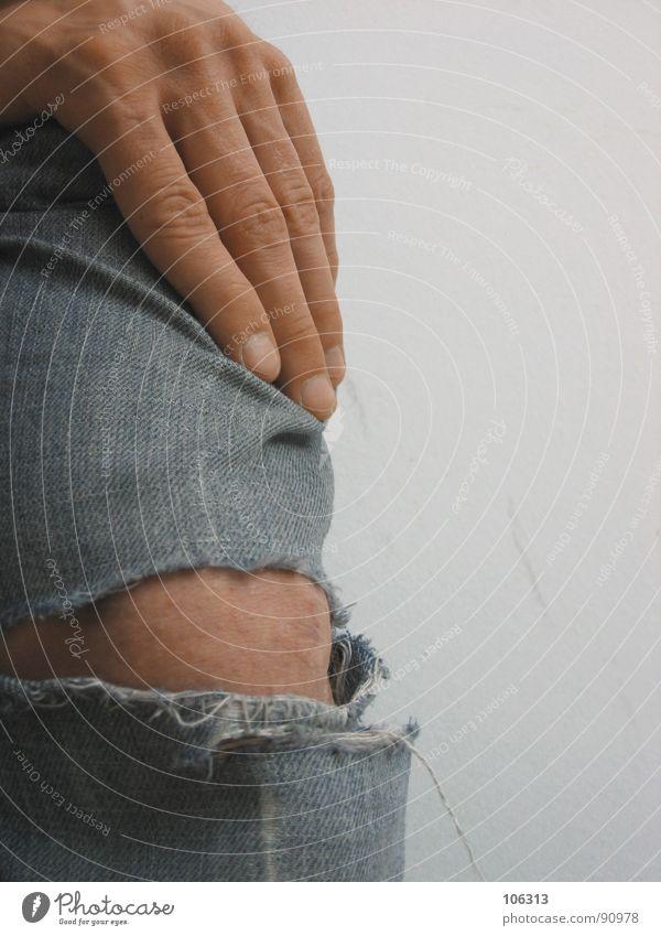 DAS KAPUTTE KNIE Mensch Mann alt Hand springen Mode Haut Finger kaputt Bekleidung Coolness Ecke Vergänglichkeit Jeanshose verfallen trocken