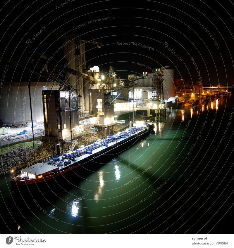 Industrial Night Wasserfahrzeug ruhig Feierabend Nacht Licht grün Stahl verladen Dock dunkel Illumination Stimmung Ferne Ware Kran Reflexion & Spiegelung