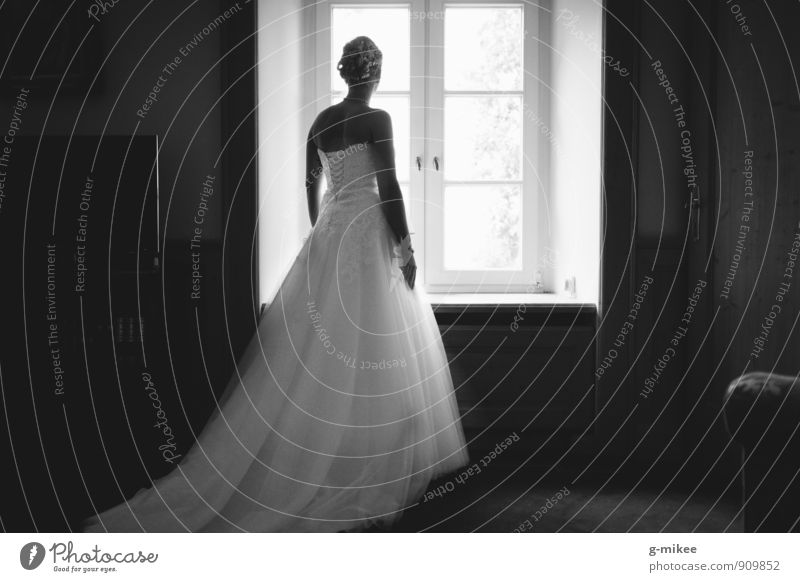 Braut feminin Junge Frau Jugendliche Körper 1 Mensch 18-30 Jahre Erwachsene Bekleidung Kleid ästhetisch schön natürlich Neugier positiv dünn Gefühle Stimmung