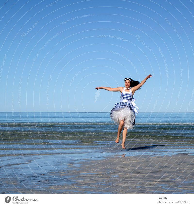 Wohlfühloase/ Sommer-Sonne..... Mensch Frau blau weiß Meer Freude Erwachsene Leben feminin Küste Wellen 45-60 Jahre Tanzen Fröhlichkeit