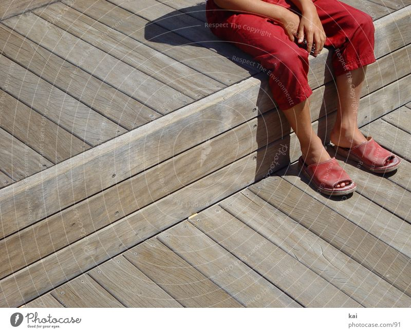 Pause Hand Mädchen rot Fuß warten sitzen Hose Bildausschnitt Sandale Kind Fototechnik