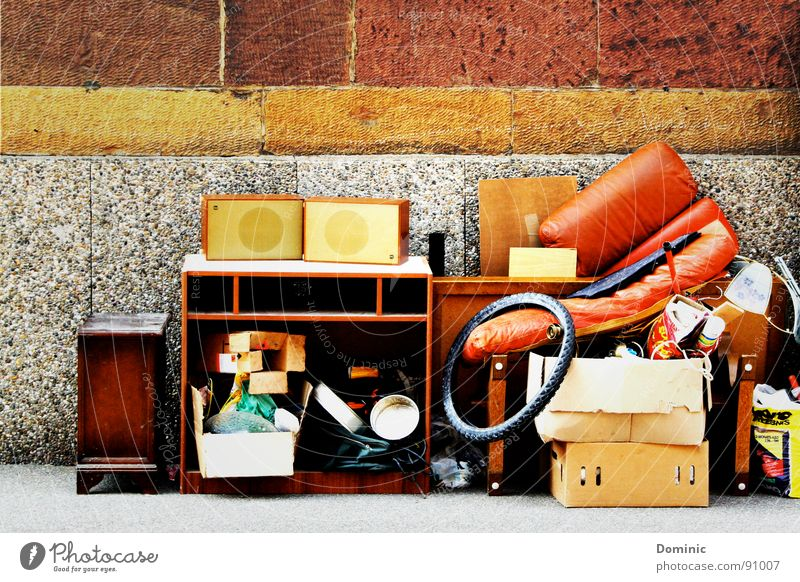 ... des Anderen Freude alt Häusliches Leben Vergänglichkeit Ende Müll Umzug (Wohnungswechsel) trashig Sammlung Stillleben Lautsprecher Haushalt Schrank Konsum wegwerfen Fahrradreifen Sperrmüll