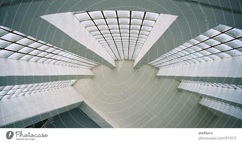 bogen weiß dunkel Glasbaustein rund Treppenhaus Haus fließen Strahlung Symmetrie Mitte Beton Säule abstützen Loft Industriebau Detailaufnahme Architektur Bogen