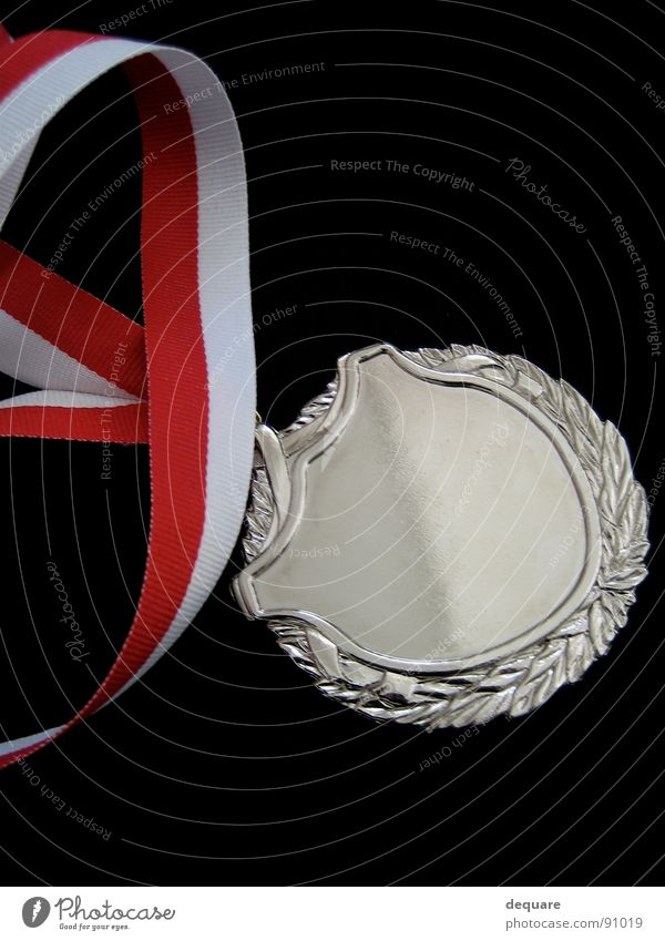Zweiter Glück Erfolg Schnur silber Silber Medaille Plakette Objektfotografie Preisverleihung rot-weiß anerkannt Vor dunklem Hintergrund