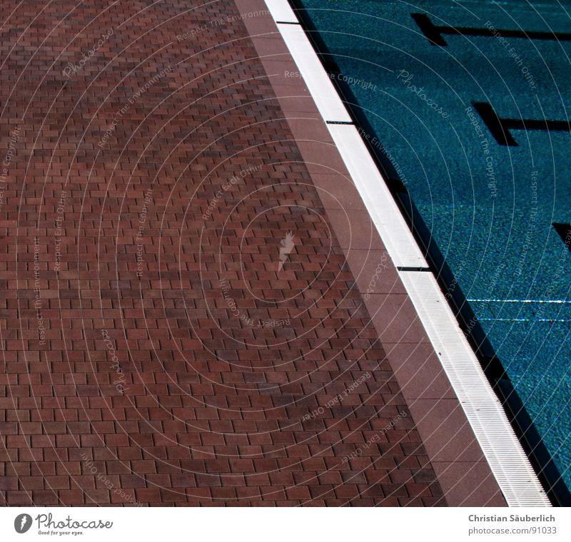 Badesaison 2007.4 Schwimmbad fließen kalt grün Sommer Chlor schwarz Sport Spielen Wasser Eisenbahn Makierungen Treppe Geländer Fliesen u. Kacheln Klarheit blau