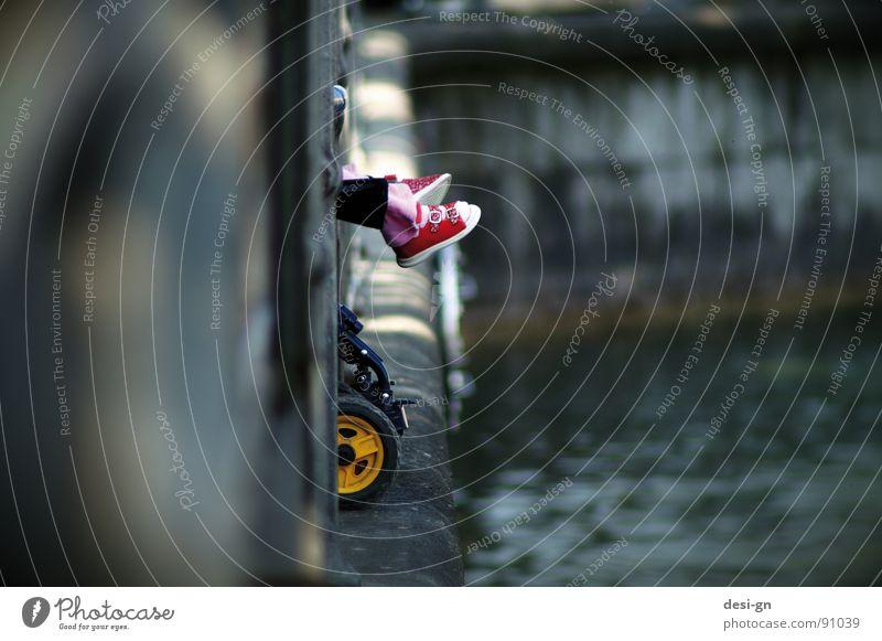 a day in april Schuhe Kinderwagen Kleinkind Wasser Fuß Kinderschuhe Am Rand Anlegestelle Hafen Mauer Kinderfuß Detailaufnahme Bildausschnitt Anschnitt