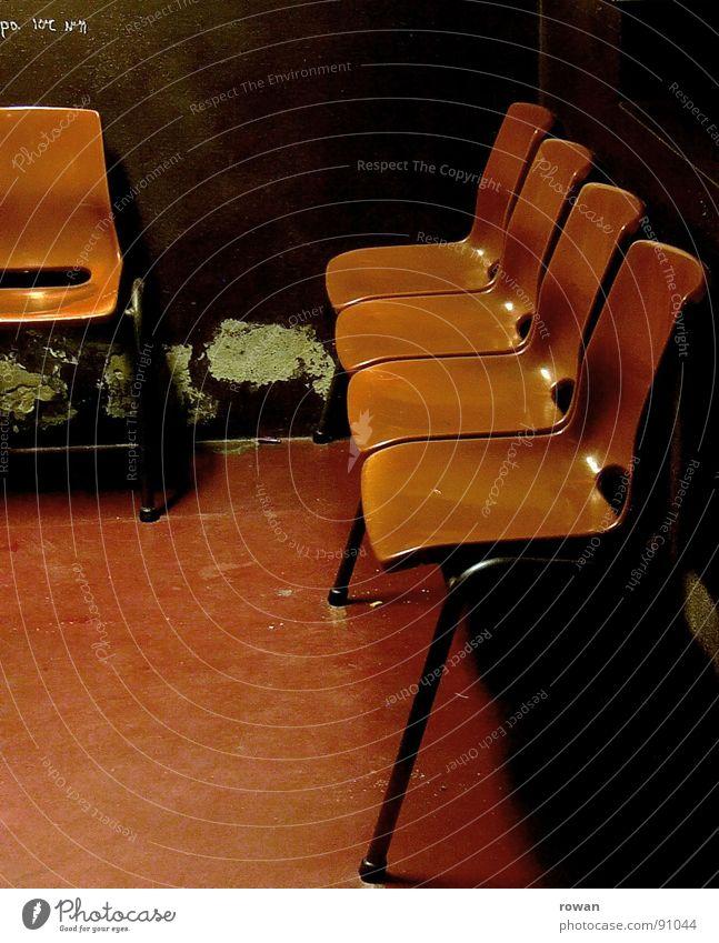 wartezimmer ..2 alt grün rot dunkel Wand orange sitzen warten dreckig offen Stuhl Vergänglichkeit verfallen Kunststoff Möbel Station