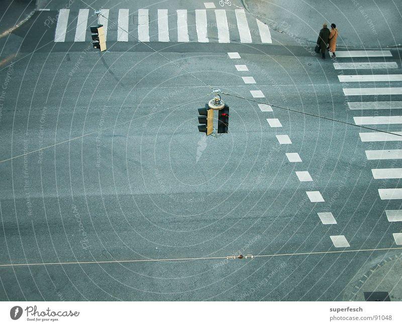Rush Hour Einsamkeit Straße Wege & Pfade Zusammensein Verkehr leer Verkehrswege Ampel Fußgänger Mischung Zebrastreifen Überqueren Fußgängerübergang