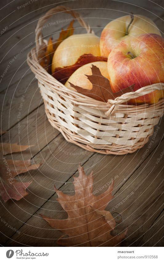 Herbst Apfel reif herbstlich Ernte Saison Korb retro altehrwürdig Holz Eichenblatt Weidenkorb braun getrocknet vertrocknet entsättigt Holzfußboden Frucht
