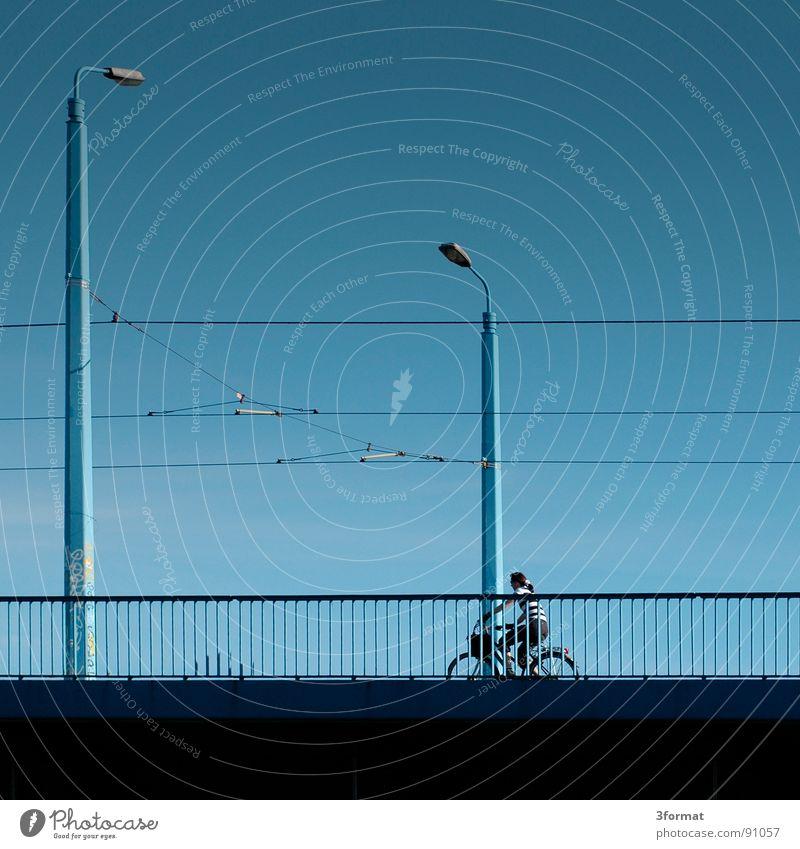 lineare_welt Wege & Pfade erobern Überqueren Elektrizität Laterne Fahrrad Brückengeländer Sommer Physik Licht glänzend Ferne Linearität Fluss Kabel Leitung