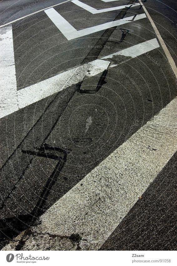 streifen machen schlank III weiß Stadt gelb Straße dunkel Stil Linie Schilder & Markierungen Beton Verkehr Perspektive einfach Streifen Spitze Verkehrswege tief