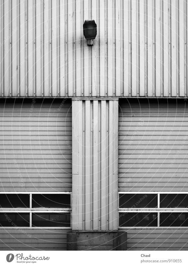 Tor Lampe weiß schwarz kalt grau Lampe Metall Arbeit & Erwerbstätigkeit Fassade trist Beton Industrie Güterverkehr & Logistik Fabrik Tor Lagerhalle Arbeitsplatz
