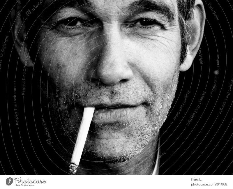 sie brennt Mann Freude Zufriedenheit maskulin Freizeit & Hobby Rauchen Falte Zigarette direkt selbstbewußt typisch Bartstoppel unrasiert 50 plus