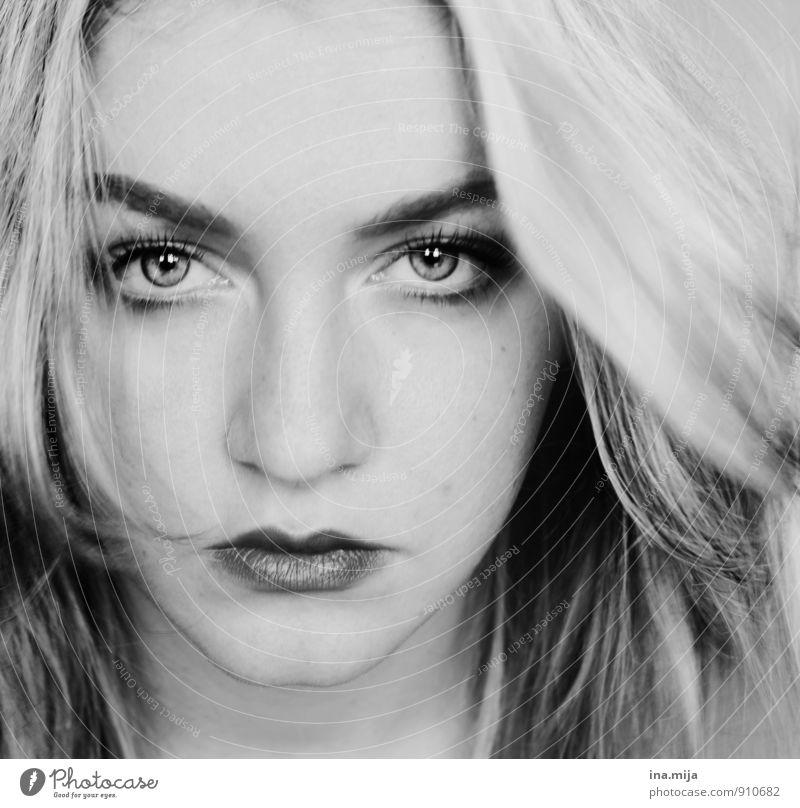 nah Mensch Frau Jugendliche schön Junge Frau 18-30 Jahre Erwachsene Gesicht Gefühle feminin Stimmung Kraft Coolness einzigartig stark