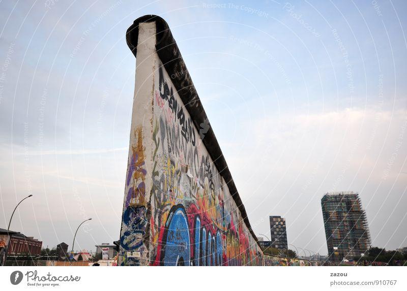 Grenzgänger Stadt Hauptstadt Stadtzentrum Bauwerk Mauer Wand Sehenswürdigkeit Denkmal Freiheit Berlin Berliner Mauer Grenze Grenzbefestigung Graffiti Farbfoto