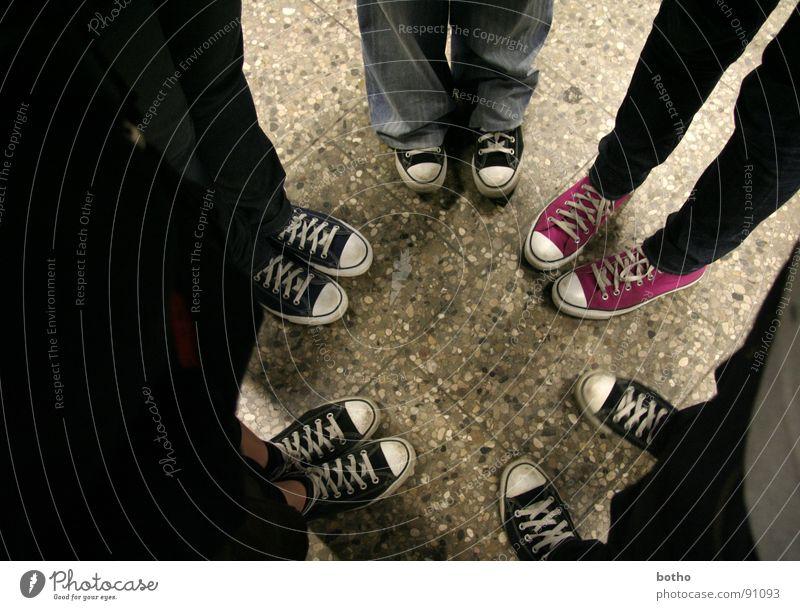 Odd one out / Gruppenzwang Mensch Jugendliche 18-30 Jahre Erwachsene Beine Menschengruppe Stein Mode Fuß mehrere 13-18 Jahre Schuhe Ausflug Kreis Bekleidung Bodenbelag