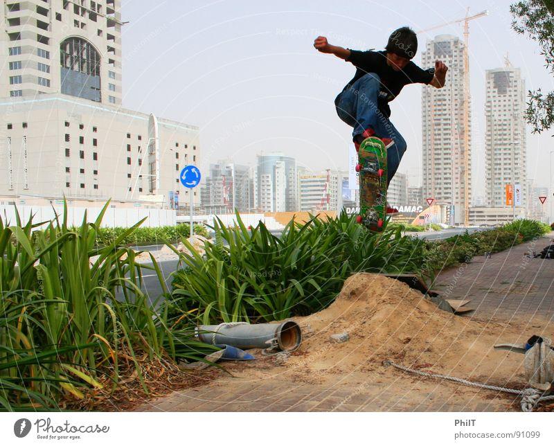 Skate Dubai Skateboarding Hochhaus Stadt springen Funsport Media City Dubai Schilfrohr Sand ollie