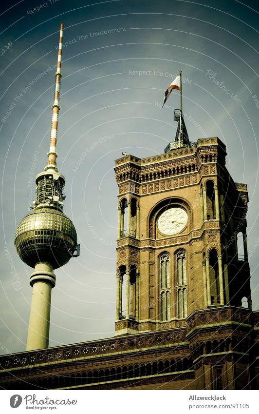 Postkarte aus Berlin Himmel Berlin historisch Fahne Denkmal Wahrzeichen Hauptstadt Berliner Fernsehturm Antenne Alexanderplatz Rathaus Sender Rotes Rathaus Regierungssitz Turmuhr Bürgermeister