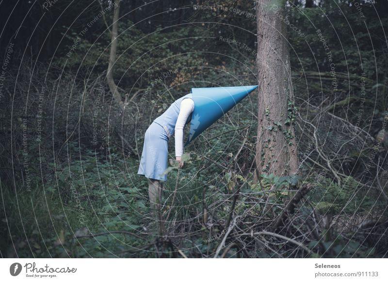 boring Mensch Frau Natur Baum Wald Umwelt Erwachsene Gefühle feminin Stimmung stehen Hut Maske Rock trashig Langeweile