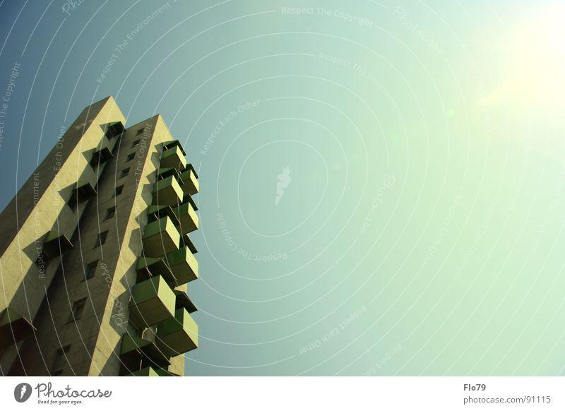Erste Reihe, Sonnenplatz bitte! Haus Stadt Kreuzberg Plattenbau Hochhaus Beton Wohnung Etage trist Fenster Balkon türkis grün gelb himmlisch Himmel Wolken